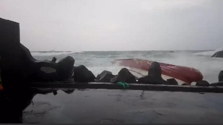一艘漁船翻覆,十人落海。圖/新北消防局提供