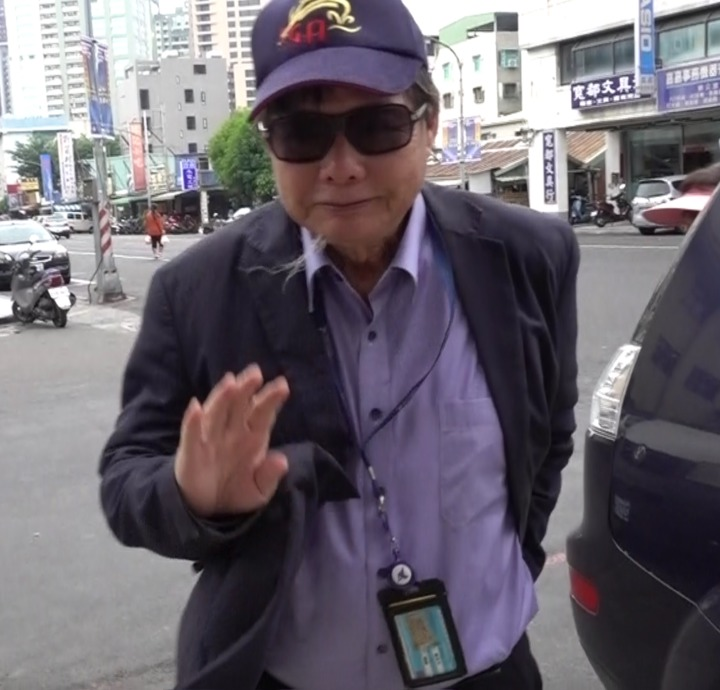 陳慶男今天上午9點23分到派出所簽到,面對媒體詢問仍維持低調作風,不發一語快速離去。記者劉星君/攝影