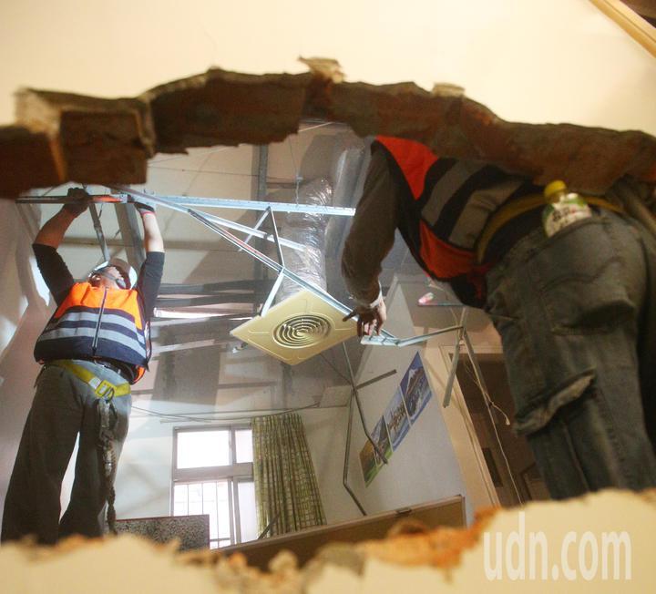 新北市政府今天開始強力執行列管中的頂樓投資客出租套房違建拆除,工務局所屬的違章建築拆除大隊上午到位於中和區景新街的出租套房違建進行拆除。記者陳正興/攝影