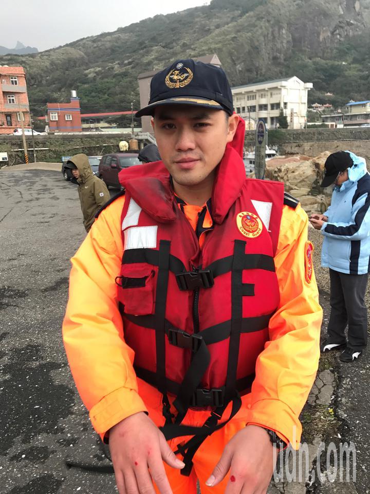 南雅安檢所所長林昱成協助救了5人上岸。記者吳淑君/攝影