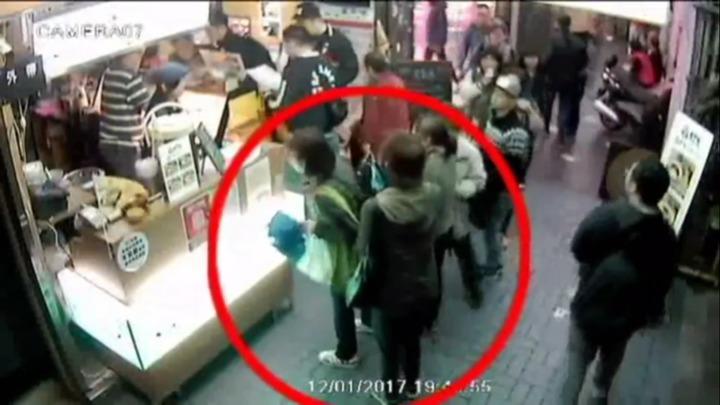 越南扒竊集團在被害人後方行竊。記者李承穎/翻攝