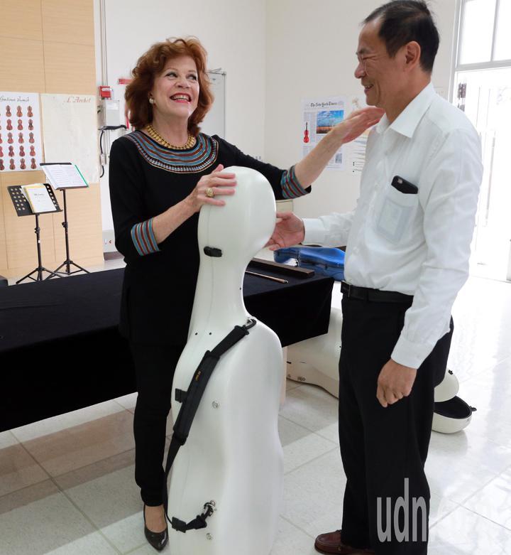 奇美博物館禮遇瓦列芙斯卡的到來,特地讓她試拉每一把館藏的稀世名琴,溫厚的音色表現讓瓦列芙斯卡十分滿意。記者劉學聖/攝影