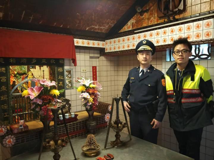 所長林哲旭(左)說,冥冥中,土地公以乎指引員警逮捕通緝犯。記者游明煌/翻攝