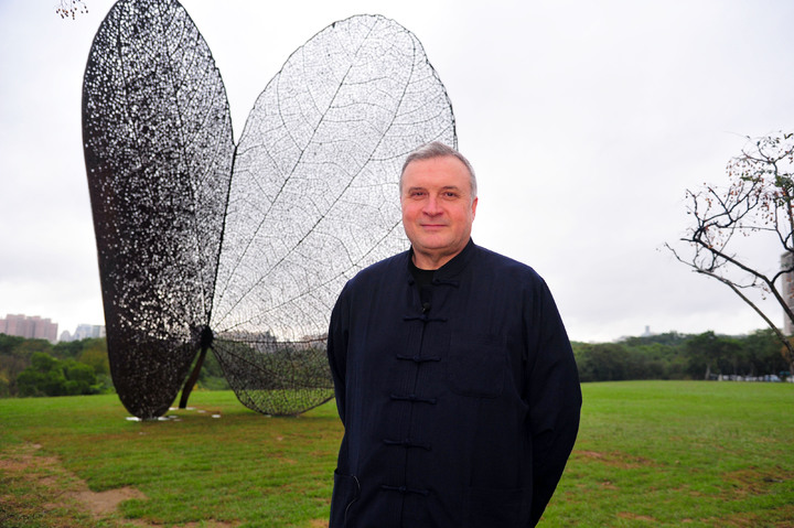 西班牙地景藝術家黃猴諾維亞(Juanjo Novella)為清華製作的巨型公共藝術品「葉子」(LEAF)。記者郭宣彣/攝影