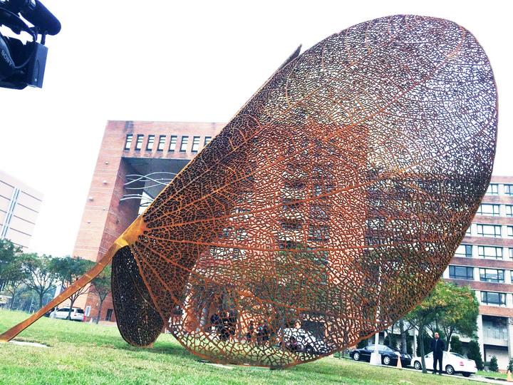 曾側面看,公共藝術品「葉子」(LEAF)也像扇子。記者郭宣彣/攝影