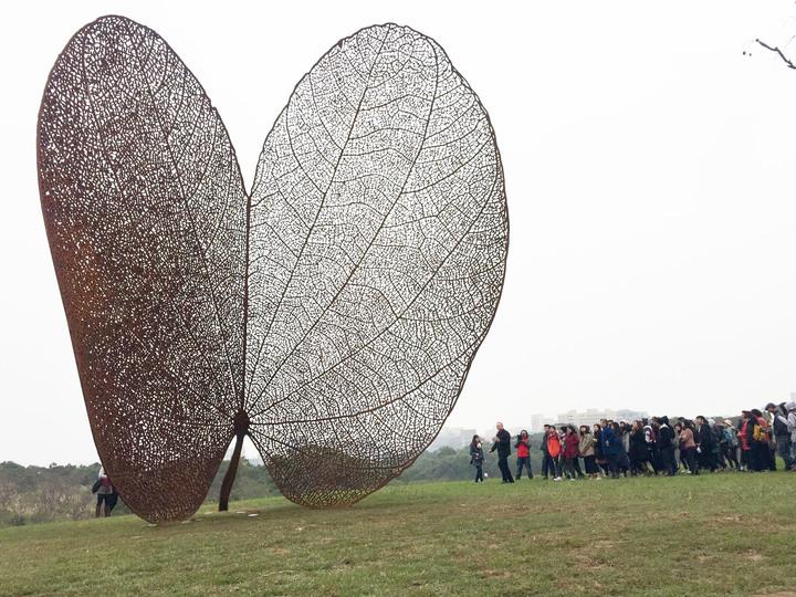 巨型公共藝術品「葉子」(LEAF),紅鏽色的葉子立在一片綠意之中,雙瓣形的葉片像顆心,又似蝴蝶展翅欲飛。記者郭宣彣/攝影