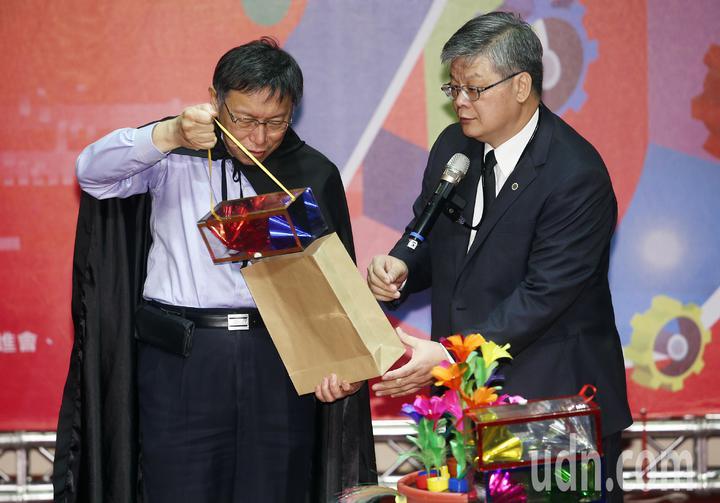 化身魔法師的柯市長(左),從空紙袋中拿出內藏「無盡祝福」布幕的塑膠盒,獲得在場熱烈的掌聲。記者杜建重/攝影