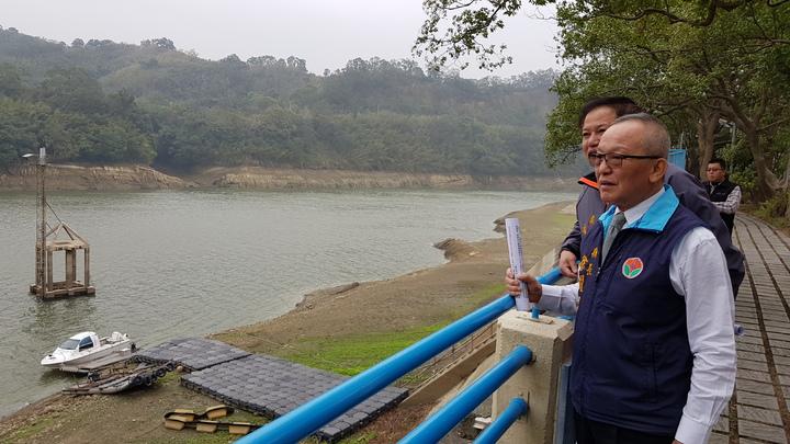 苗栗縣明德水庫水位創下24年來同期新低紀錄,有效蓄水容量只剩2成3,縣長徐耀昌今天視察明德水庫水情,呼籲大家節約用水。記者黃瑞典/攝影