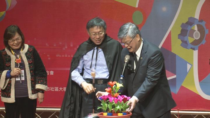 柯文哲出席北社大20周年記者會,化身魔法師。記者林洧旭/攝影