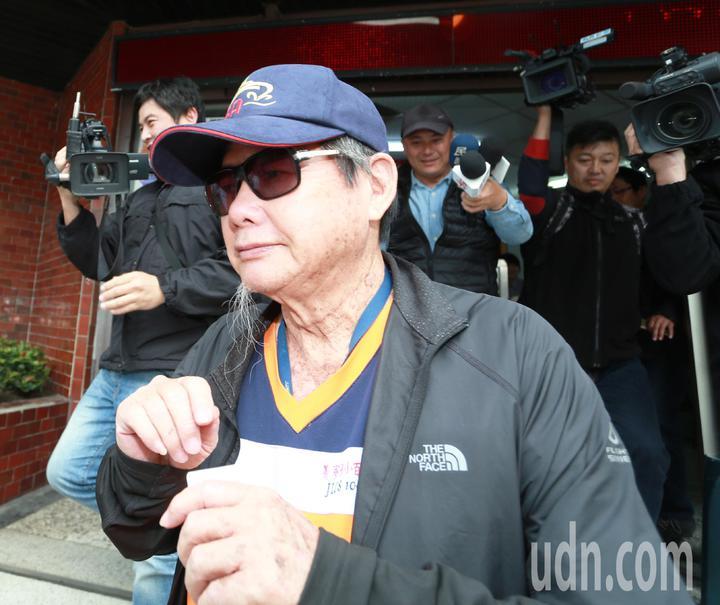 面對獵雷艦承造計畫瀕臨解約,慶富董事長陳慶男今天下午到復興派出所報到時,媒體追問接手獵雷艦的「百億男」是誰,陳就是不願回應,隨即上車後離去。記者劉學聖/攝影