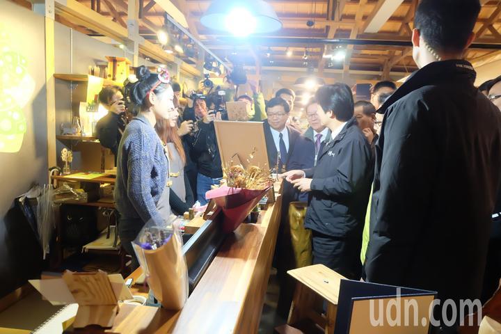 行政院長賴清德細心觀看聆聽每一家文創業者導覽、展示。記者張芮瑜/攝影