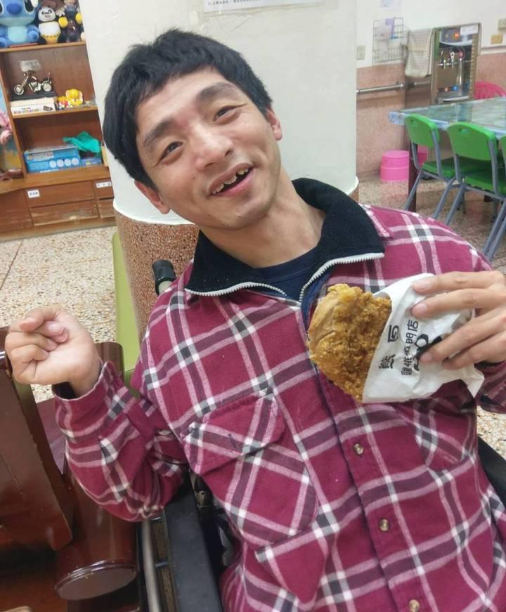 喜樂保育院院生開心吃到台中市人氣「熊厚」大雞排。記者何烱榮/攝影