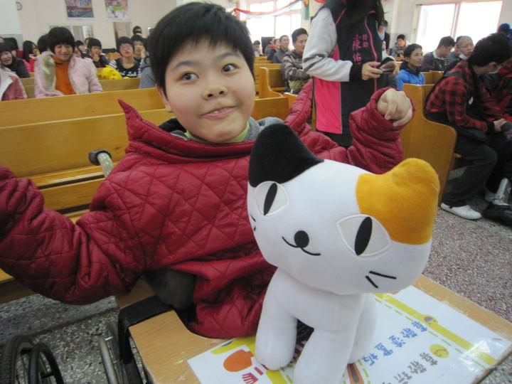 教誨師謝蕙芬號召社團法人中華民國關懷弱勢愛心促進會,把愛送到喜樂保育院,每名喜憨兒都有喜愛的布娃娃禮物。記者何烱榮/攝影