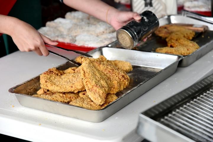 台中市「熊厚」人氣大雞排店老闆白吉祥是更生人,到喜樂保育院現炸鮮甜的大雞排讓師生分享。圖/二林社大主任謝日恆提供