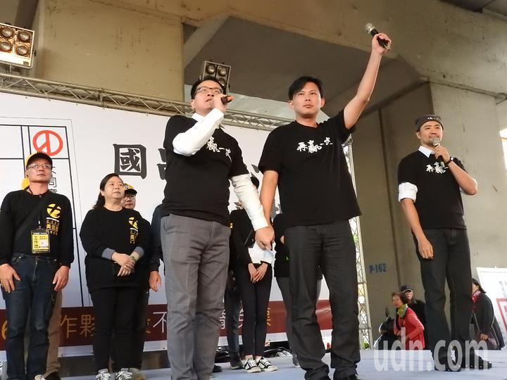 時代力量今在汐止火車站前舉辦造勢活動,聚集約千人到場支持。黃國昌(前右)呼籲,下周選民投不同意罷免票,不只是挺他,更是挺台灣的公義和未來。記者祁容玉/攝影