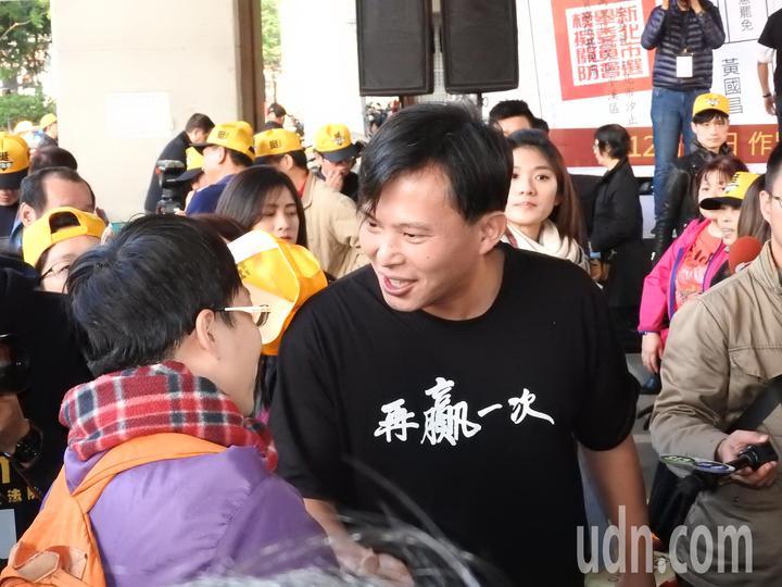 時代力量今在汐止火車站前舉辦造勢活動,聚集約千人到場支持。黃國昌與現場支持者熱情握手致意,他呼籲下周選民投不同意罷免票,不只是挺他,更是挺台灣的公義和未來。記者祁容玉/攝影