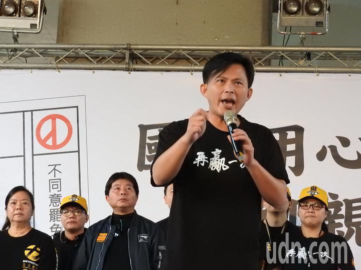 時代力量今在汐止火車站前舉辦造勢活動,聚集約千人到場支持。黃國昌呼籲,下周選民投不同意罷免票,不只是挺他,更是挺台灣的公義和未來。記者祁容玉/攝影