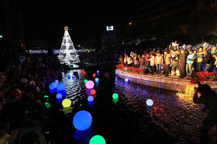 Bling Bling的柳川水中耶誕樹,倒映水面,閃閃動人。圖/台中市新聞局提供