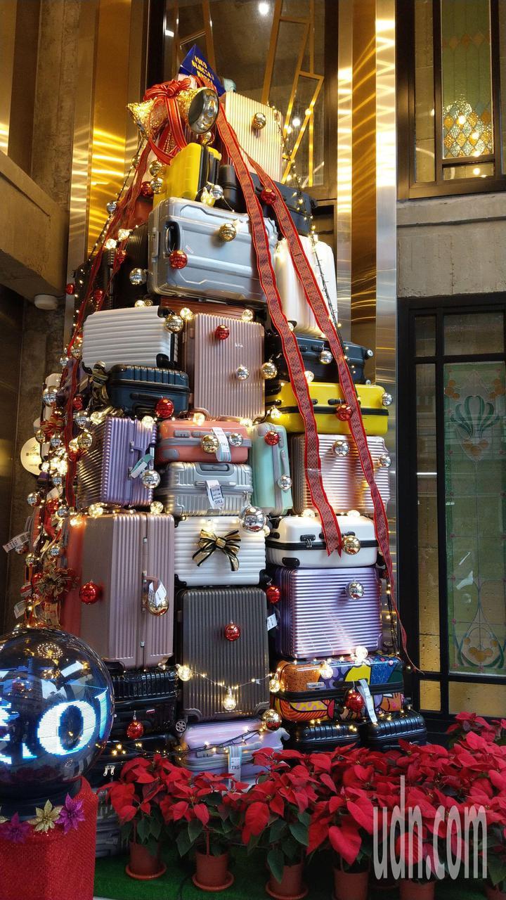 台中市中區1969藍天飯店門口的「暖心」行李箱耶誕樹今天點燈。記者趙容萱/攝影