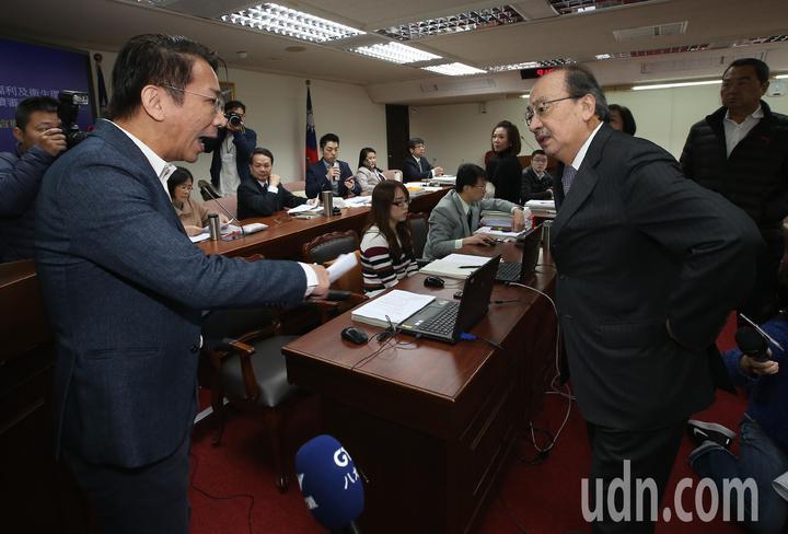 國民黨突襲表決,立院衛環委員會吵成一團。記者高彬原/攝影