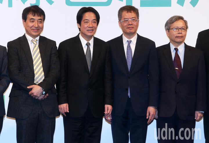 行政院長賴清德(左二)上午出席「轉型能源.綠色經濟論壇」,並與日本推動轉型能源學者飯田哲也(左一)、今周刊社長梁永煌(右二)等合影。記者胡經周/攝影