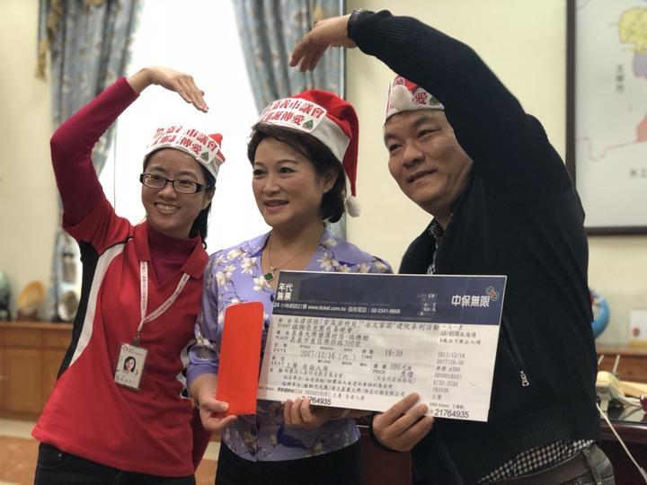 嘉義市議長蕭淑麗說,耶誕節是分享愛與祝福的日子,充滿希望感。記者王慧瑛/攝影