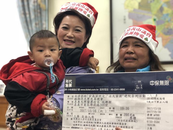 議長蕭淑麗抱起小朋友溫馨互動,她說,耶誕節是分享愛與祝福的日子,充滿希望感。記者王慧瑛/攝影