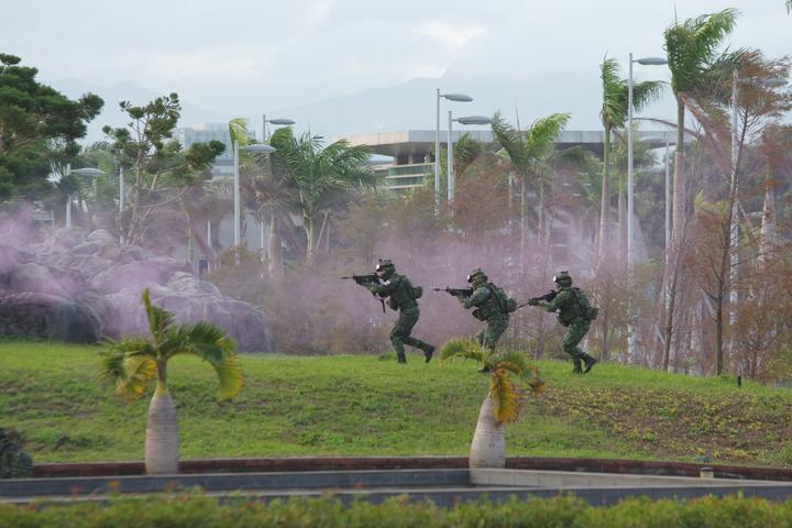 特戰官兵在國防部庭院內搜索前進。記者程嘉文/攝影