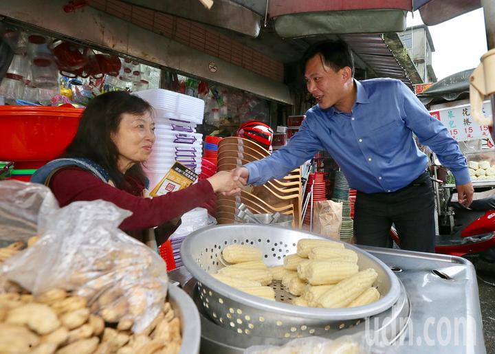 在罷昌投票前,時代力量立委黃國昌(右)在瑞芳展開相挺大掃街,他與在地選民一一握手致意,要鄉親們在當天投下不同意票。記者許正宏/攝影