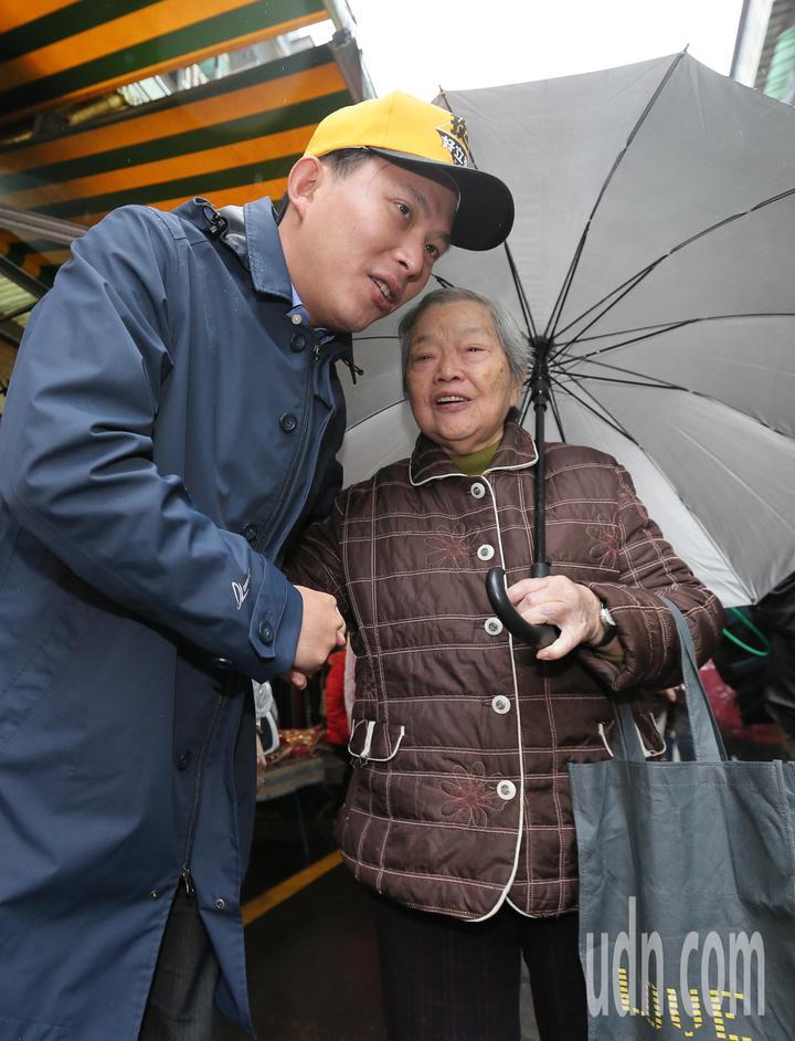 在罷昌投票前,時代力量立委黃國昌(左)在瑞芳展開相挺大掃街,他與在地選民一一握手致意,要鄉親們在當天投下不同意票。記者許正宏/攝影