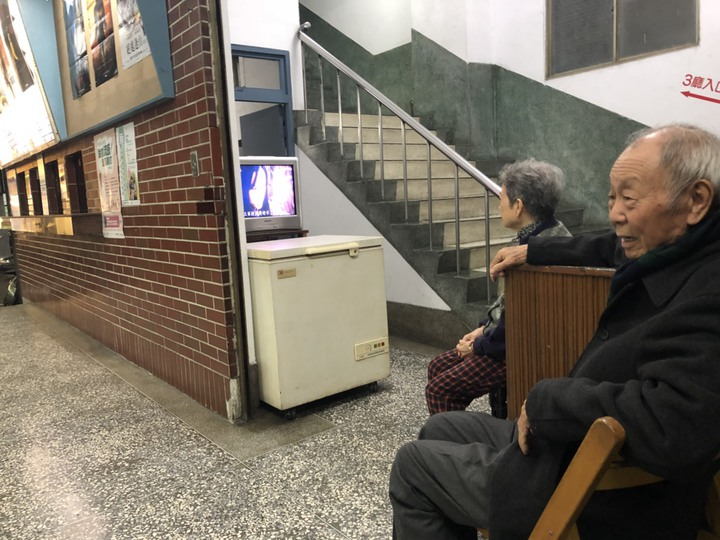 有35年歷史的新榮戲院,是嘉義市僅存的二輪片戲院,業者江金富、陳金滿夫婦已年逾80歲,仍守護著老戲院,心細老主顧。記者王慧瑛/攝影