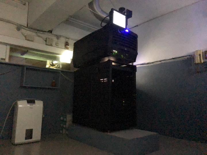 4年前為跟上時代潮流,新榮戲院斥資重新裝修,添購數位電影放映機,還將已除役、有30年歷史的舊式35釐米放映機送給嘉義市文化局典藏。記者王慧瑛/攝影