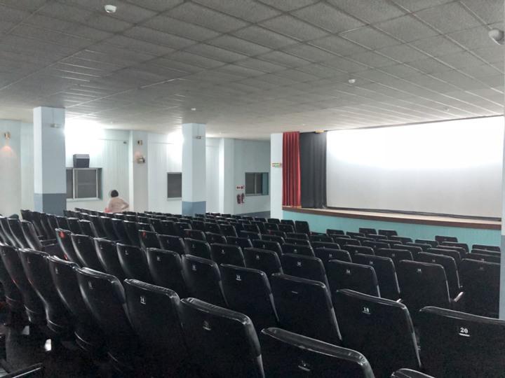 有35年歷史的新榮戲院,是嘉義市僅存的二輪片戲院,環境「復古」,是經濟實惠的選擇。記者王慧瑛/攝影