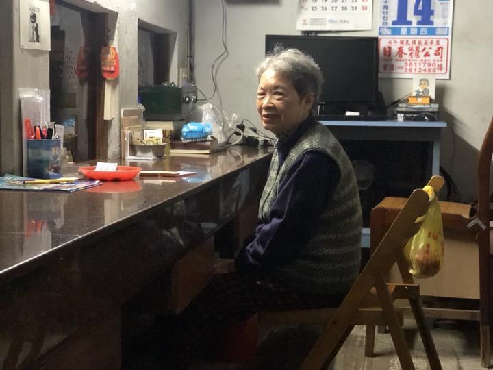 82歲的陳金滿協助售票,用心守護老戲院。記者王慧瑛/攝影