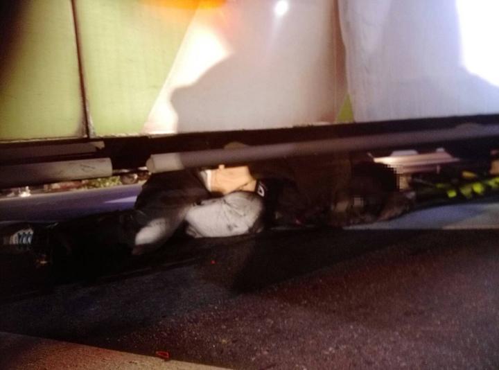 女騎士被卡在公車底下,造成骨盆骨折。 記者林昭彰/翻攝