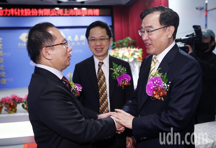 動力科技掛牌上市,證交所董事長許璋瑤(右)向動力科技董座許文昉(左)道賀。記者杜建重/攝影