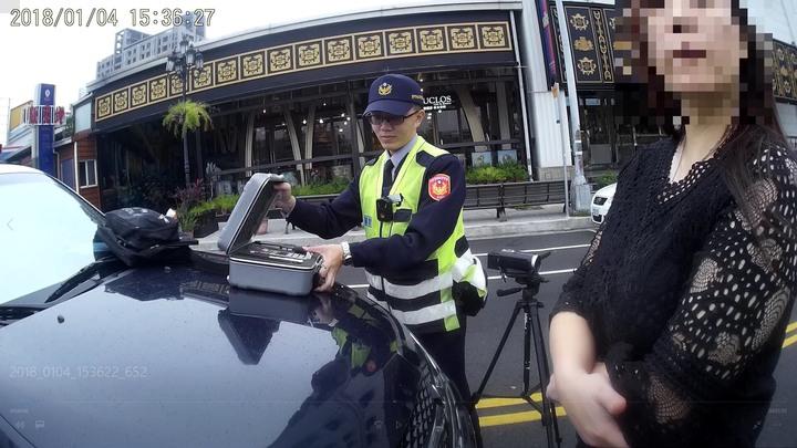 台中市王姓檳榔西施昨天下午被警方攔查,酒測值達0.44毫克,王女辯稱只喝一罐啤酒。記者陳宏睿/翻攝