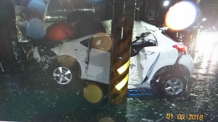 卓男的座車擦撞和港路電線桿。圖/警方提供