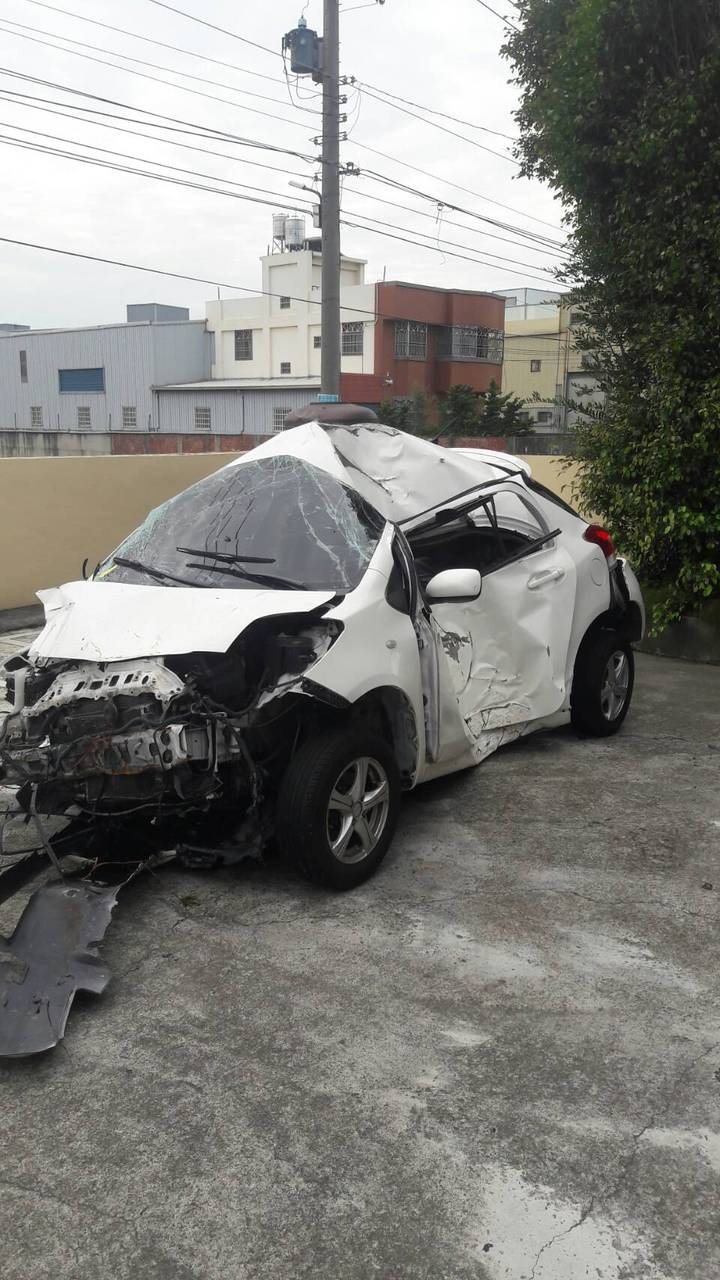 卓男的車子擦撞和港路邊電線桿,車體嚴重變形。圖/警方提供