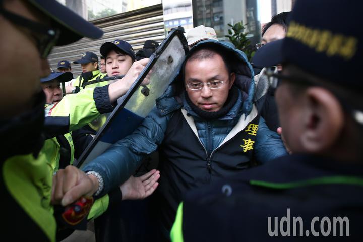 美麗華球場工會成員上午前往勞動部抗議違法解雇,抗議民眾與警方推擠。記者蘇健忠/攝影