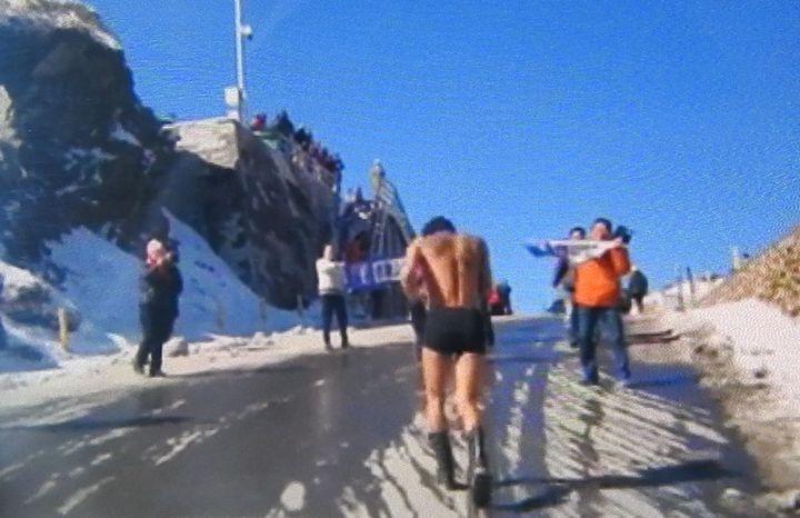 屏東縣25歲「阿凱」為實現諾言今現身合歡山,穿內褲裸跑冰宮路段。圖/合歡山玩雪團提供