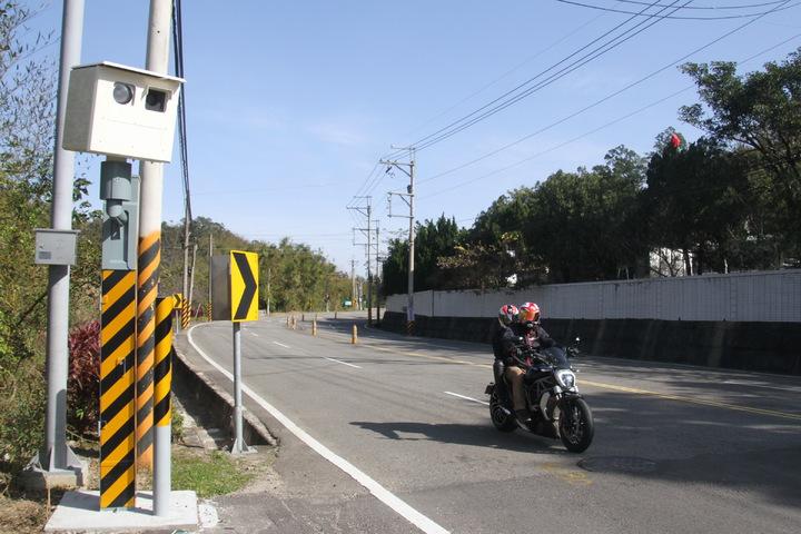 為防止台3線苗栗縣路段大型重機超速、飆車,苗栗縣警局今年新增2具固定桿測速照相器,沿線總數達到16具。記者胡蓬生/攝影