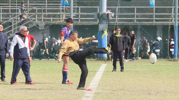 第一屆市長盃橄欖球賽上午在百齡球場舉行,台北市長柯文哲擔任開球嘉賓。(記者陳煜彬/攝影)