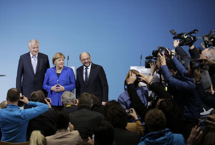 基督教社會黨黨魁賽賀佛(Horst Seehofer)(左起)、德國總理梅克爾與社會民主黨黨魁舒茲12日在德國柏林舉行聯合記者會,宣布基民/基社黨聯盟黨團與社民黨就組閣談判藍圖達成協議。(美聯)