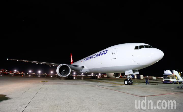 土耳其航空第一架貨機TK-6486今天晚上首航台北,接近晚上九點時降落桃園機場,停放在507貨機坪。記者鄭超文/攝影