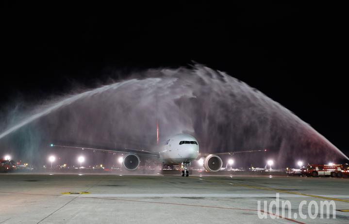 土耳其航空第一架貨機TK-6486今天晚上首航台北,接近晚上九點時降落桃園機場,停放在507貨機坪,桃機公司特別準備消防車為首航班機過水門接風洗塵。記者鄭超文/攝影