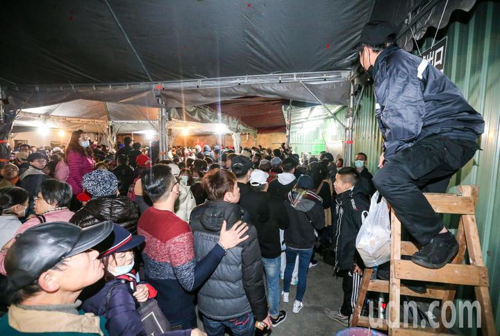 寺方保全人員站在梯上維持排隊秩序。記者鄭清元/攝影