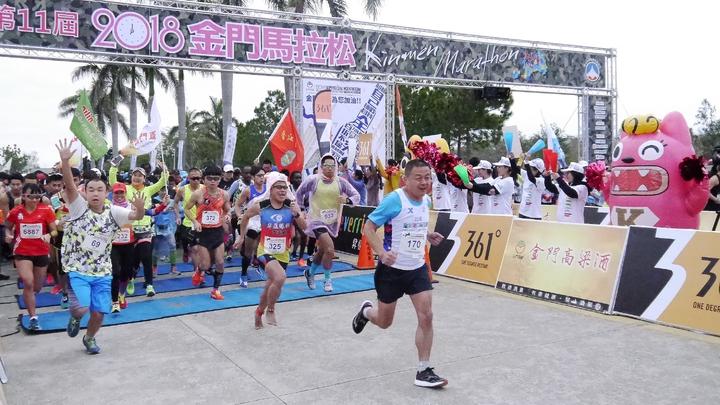 第11屆金門馬拉松今天在金門大學鳴槍起跑。記者劉肇育/攝影