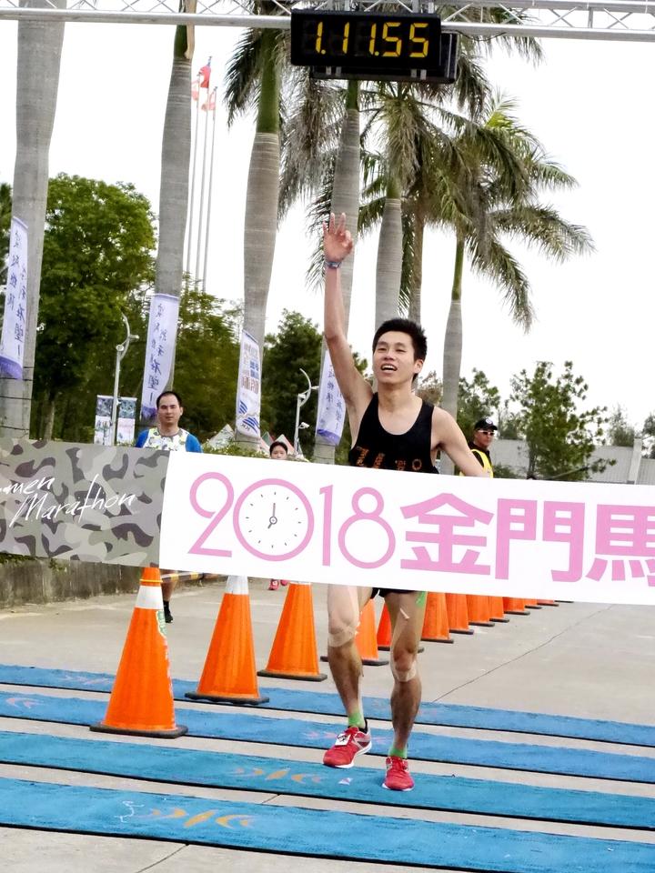 361度年度簽約選手陳秉豐以1小時11分57秒在男子半馬組奪冠。記者劉肇育/攝影