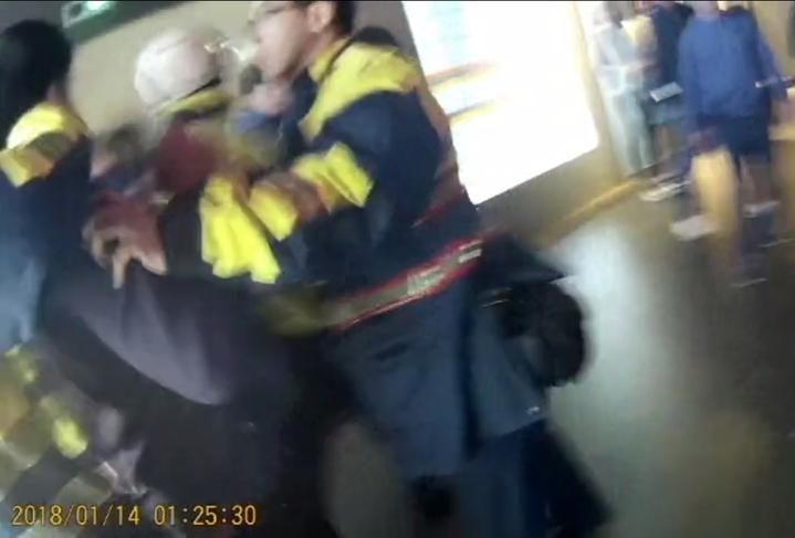 新北市蘆洲區好樂迪KTV今天凌晨發生酒客打群架鬥毆。 記者林昭彰/翻攝